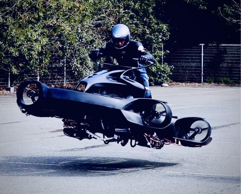 屋外でのA.L.I. Technologiesの空飛ぶバイク 「XTURISMO LIMITED EDITION」飛行運転実験